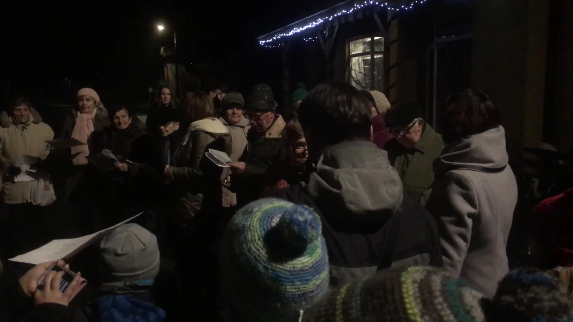Zpívání koled u vánočního stromu